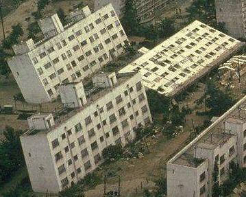 Immagini di edifici che hanno subito effetti di liquefazione dei terreni (terremoto in Turchia)