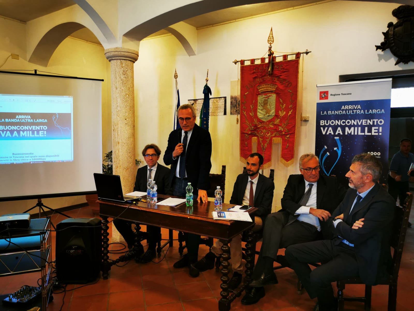 Nella foto, da sinistra il sindaco Riccardo Conti, l'assessore Bugli, l'addetto stampa Open Fiber, Guidi Citerni di Infratel, Marco Gasparini di Open Fiber