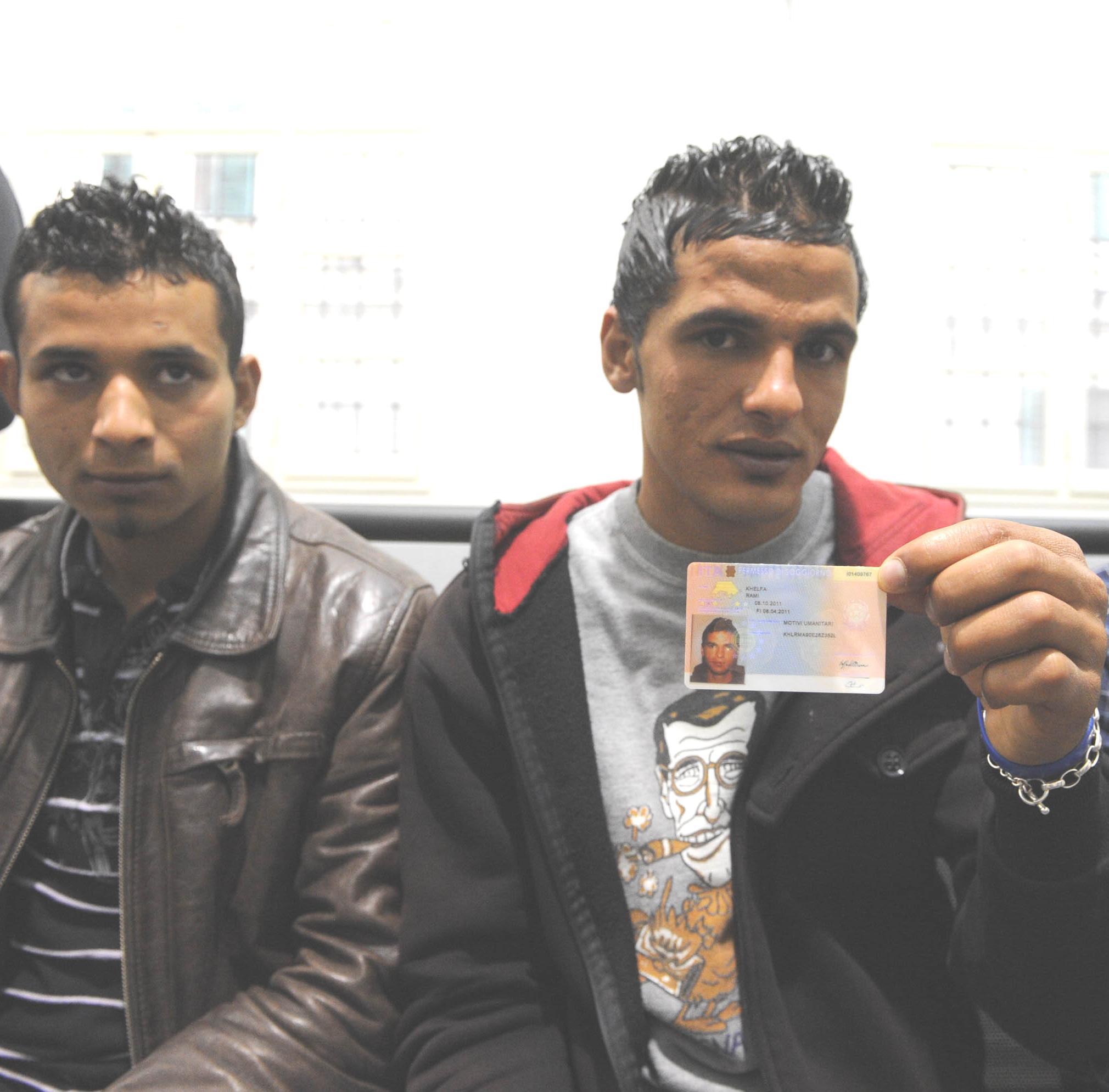 Migranti tunisini, consegnati i primi permessi di soggiorno - Editor ...